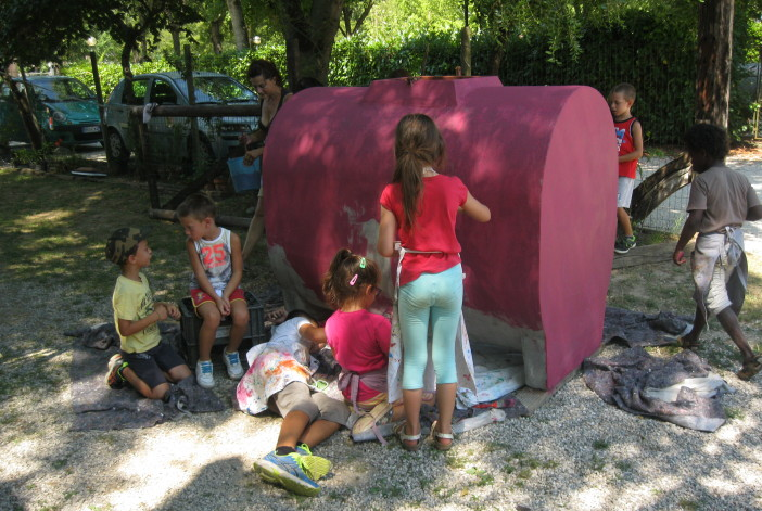 bambini-che-dipingono-un--treno